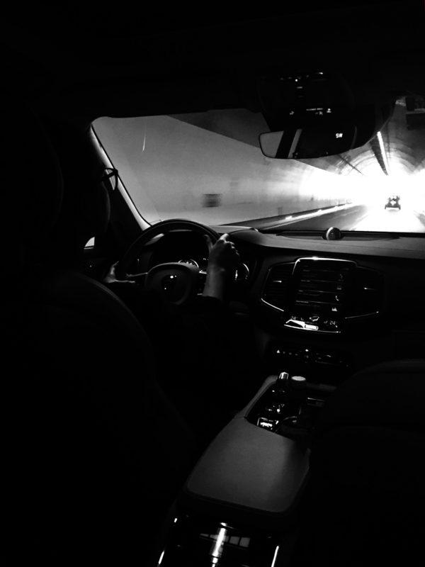 Licht am Ende des Tunnel. Stilsichere Profiteure des Finanz-Kannibalismus stehen auf SUVs