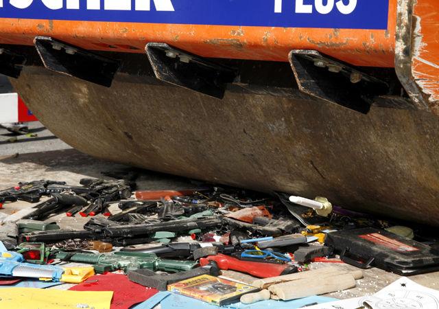 Mit der Strassenwalze darüber: eine Entwaffnungsaktion.