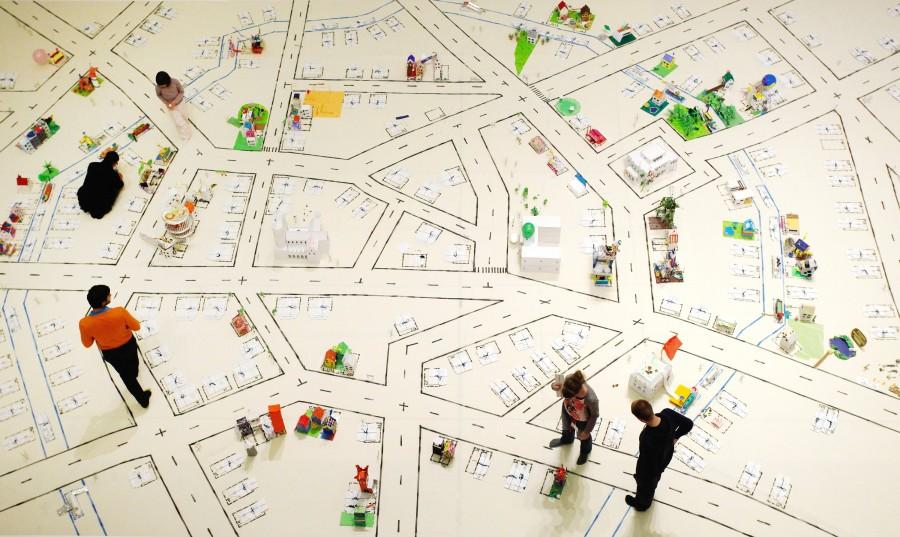 """UTOPIE AUS PAPIER: Im Kunstprojekt """"Home Sweet Home"""", das im Rahmen des Festivals Theaterformen durchgeführt wurde, konnten die Bewohner von Braunschweig ihre Stadt aus farbigem Papier neu entwerfen."""