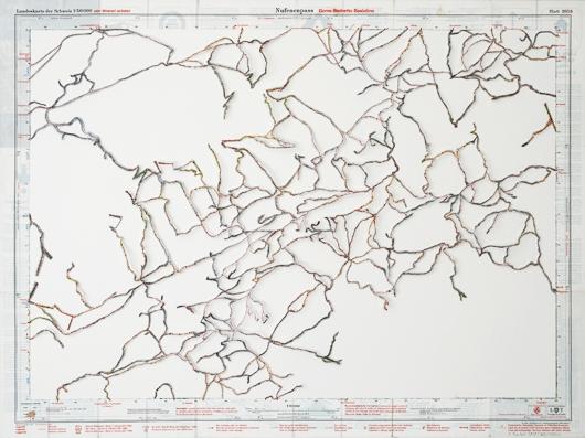 IMMATERIELLER VORSCHLAG AUF WEISS ZU WANDELN: Anett Frontzek hat sich während ihrem Artist in Residence Aufenthalt in Winterthur ihre eigene Schweizer Bergwelt gebaut. Die feinen Netze stellen Vorschläge für Skirouten dar, welche sie aus ihrem kartographischen Umfeld herausgelöst hat.