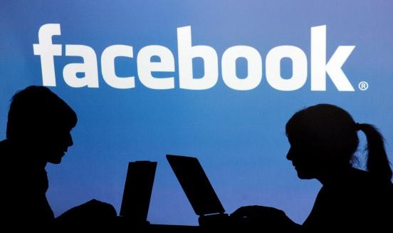 Zwischen «privat» und «öffentlich»: Vor allem Jugendliche setzen sich der Beobachtung von Freunden, Bekannten oder der ganzen Welt aus.