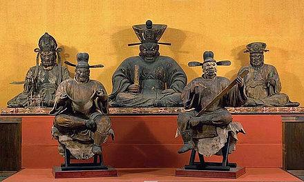 Gerichtshof des Enma und die Richter der Unterwelt: Im Hintergrund Enma und zwei weitere Richter, im Vordergrund der Urteilsverkünder und der Schreiber. Statuen (Holz). 13. Jh.; H?shaku-ji, Kyoto