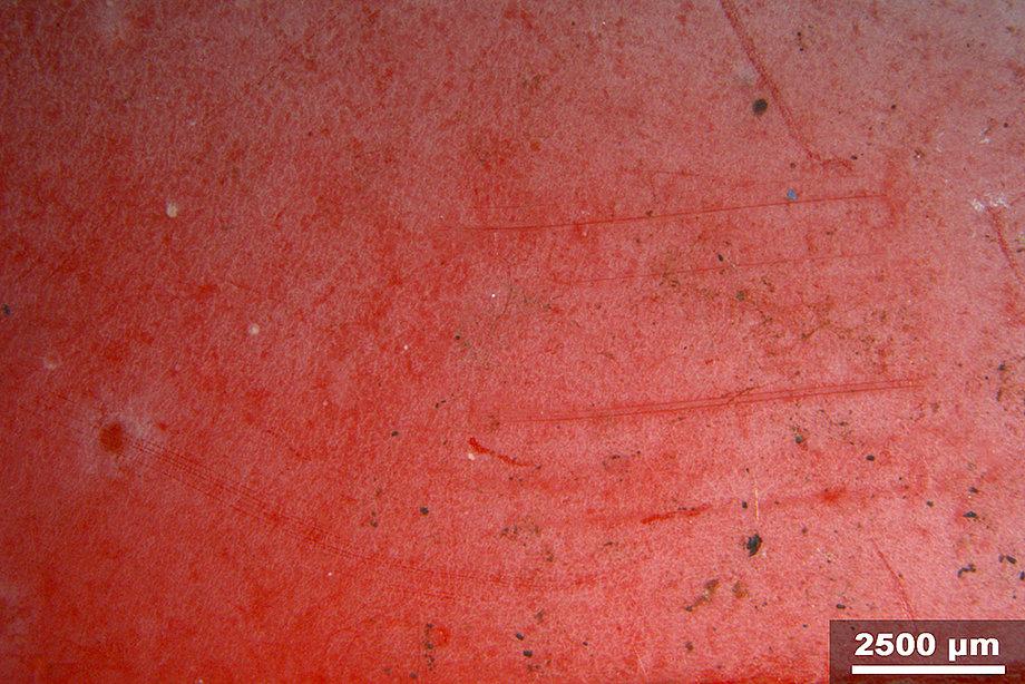 Makroaufnahme einer degradierten Citroën Méhari Kunststoffkarrosserie aus rotem ABS (Acrylnitril-Butadien-Styrol). (Foto: Kathrin Hofmann, HKB)