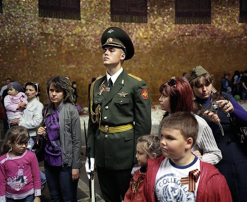 Wolgograd (1925-1961 Stalingrad), Russische Föderation, 2009. Am 9. Mai, dem «Tag des Siegs» fotografieren sich die Besucher zusammen mit der Ehrenwache der russischen Armee.