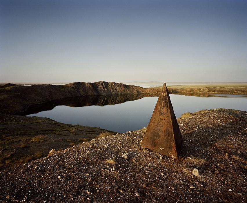 In der Nähe von Snamenka, Kasachstan, 2010. Der von den Einheimischen «Atomsee» genannte Krater entstand 1965 nach einer unterirdischen Atombombenexplosion.