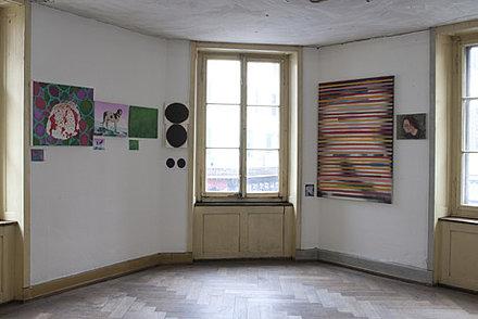 In der Ausstellung wird dem Publikum die Vorher-Situation in Form von kleinen Fotografien der Gemälde gezeigt, die neben den neuen Originalen platziert werden.