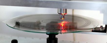 Mit Hilfe des an der Fonoteca entwickelten Verfahrens «VisualAudio» ist es möglich, Schallplatten via Fotografie zu digitalieren.