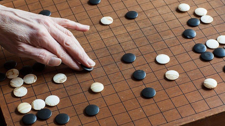 """Ein Computer schlägt einen der besten menschlichen """"Go""""-Spieler. Das ist eine bedeutende Leistung der Informatik, aber kein Grund zu philosophischer Panik."""
