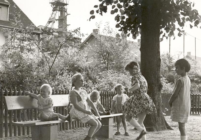 Gummitwist, Spielplatz vor der Zeche Prosper II, Bottrop 1969. (Foto: Helmut Orwat/Bildarchiv der Volkskundlichen Kommission für Westfalen – Landschaftsverband Westfalen Lippe)