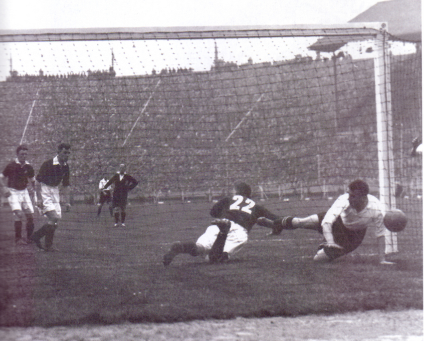 """Die ersten Nummern: Im Londoner Wemybley-Stadion verfolgten am 29. April 1933 92.950 Fußballfans das Spiel zwischen dem FC Everton und Manchester City (3:0). Sie konnten an diesem Tag zum ersten Mal die Spieler anhand von Rückennummer identifizieren. So sahen die Zuschauer, wie in der 52. Spielminute City-Keeper Len Langford mit der Nummer 22 den zweiten Treffer der """"Tofees"""" durch Dixie Dean (r.) nicht verhindern konnte."""